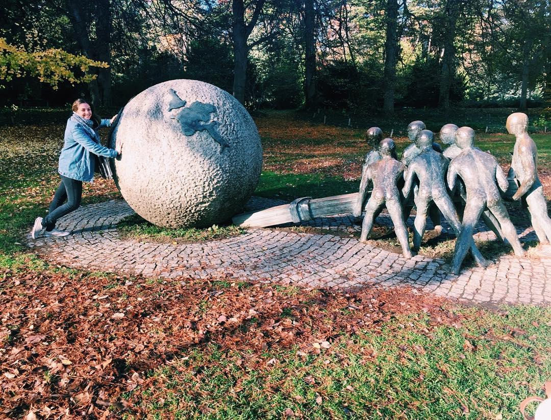 Perrine Enjolras pousse un rocher au parc Tête d'Or