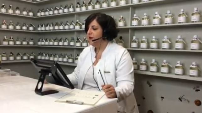 Dr en pharmacie en pleine visio-consultation Laboté