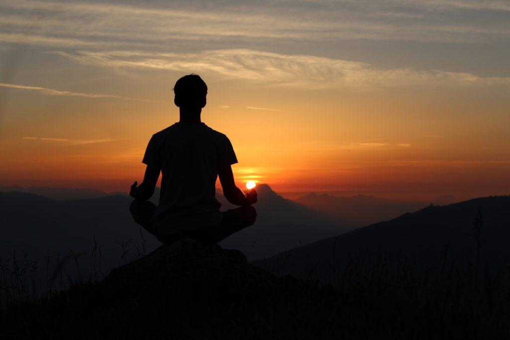 Méditation dehors au coucher de soleil