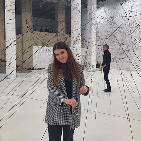 Photo de Romane Suarez dans un musée